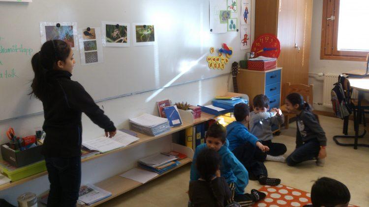 Barngrupp i klassrummet.
