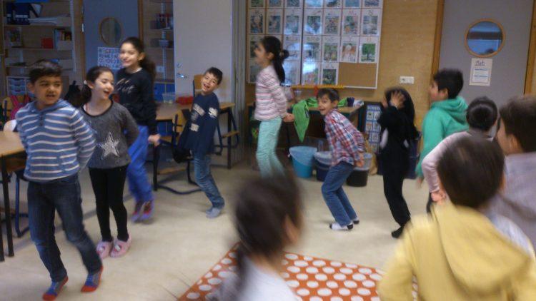 Barngrupp sjunger och dansar.
