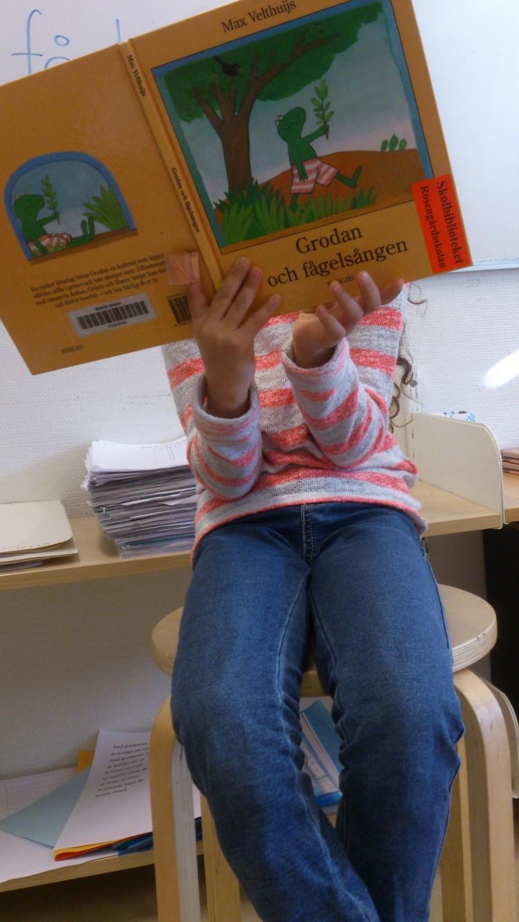 Elev läser bok.