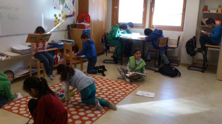 Barngruppen sitter och jobbar i klassrummet.