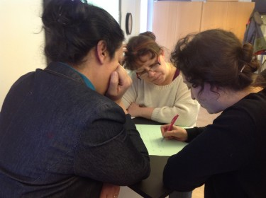 Tre lärare diskuterar.