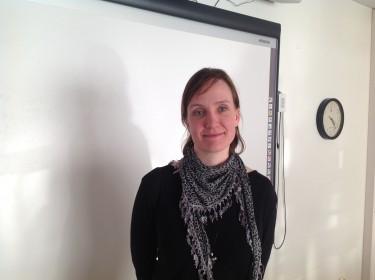 Marie Sjöblom står framför tavla i klassrum.