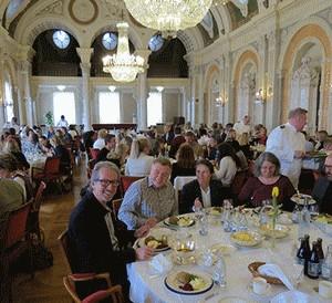 Personer äter lunch vid bord.