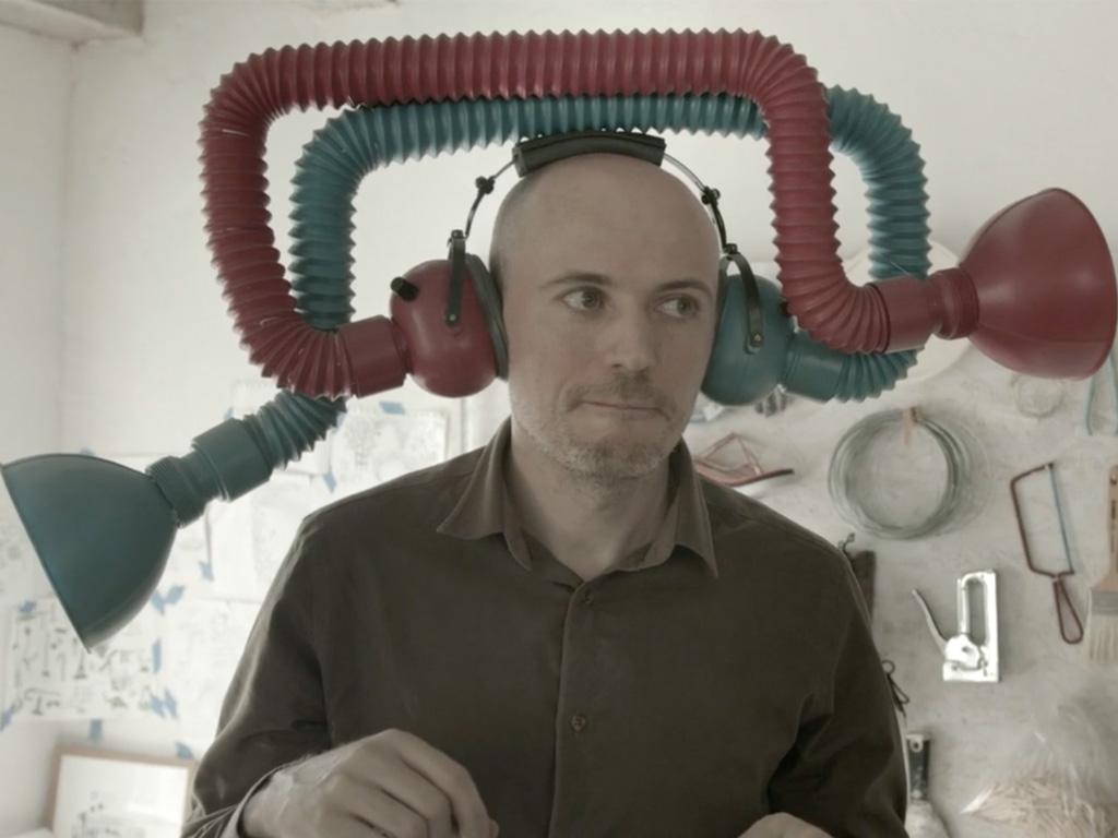 Man med slangsystem framväxande ur huvudet.
