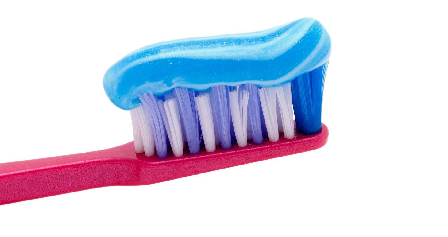 Tandborste med tandkräm på.