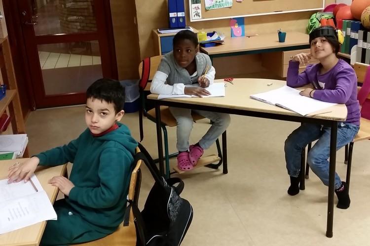 Elever sitter och jobbar i sina bänkar.