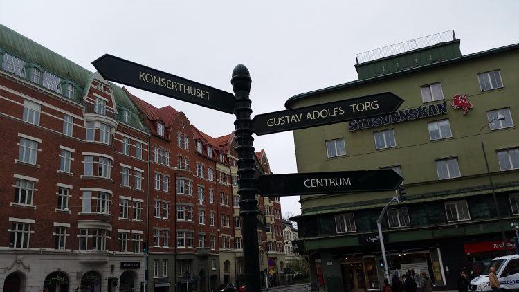Vägskyltar till olika ställen i Malmö.