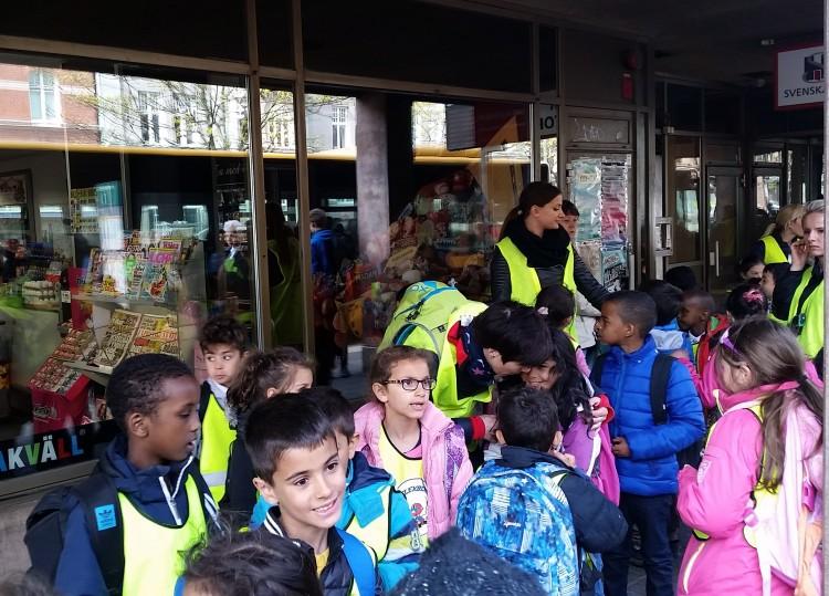 Barngrupp samlas på gatan.