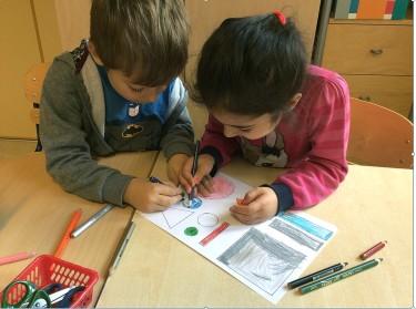 Elever färglägger former.