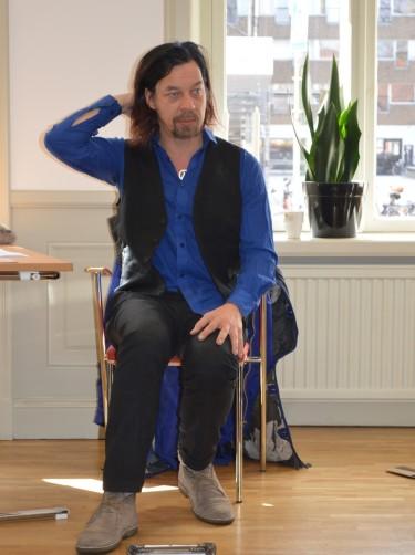 Bob Hansson sitter på stol.