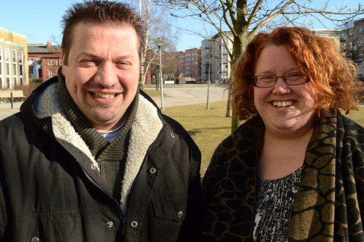 Daniel Prsa och Linda Sikström står utomhus.