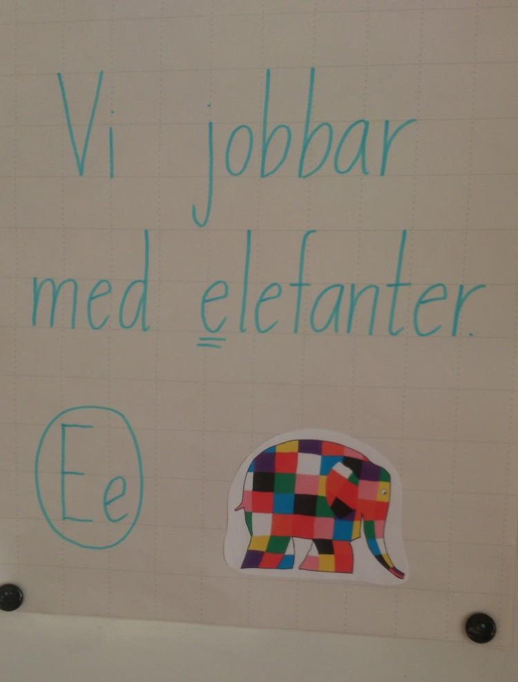 Vi jobbar med elefanter står det bredvid en tecknad elefant.