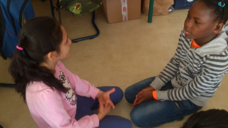 Två elever samtalar.