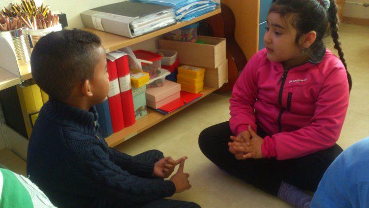 Två barn samtalar.