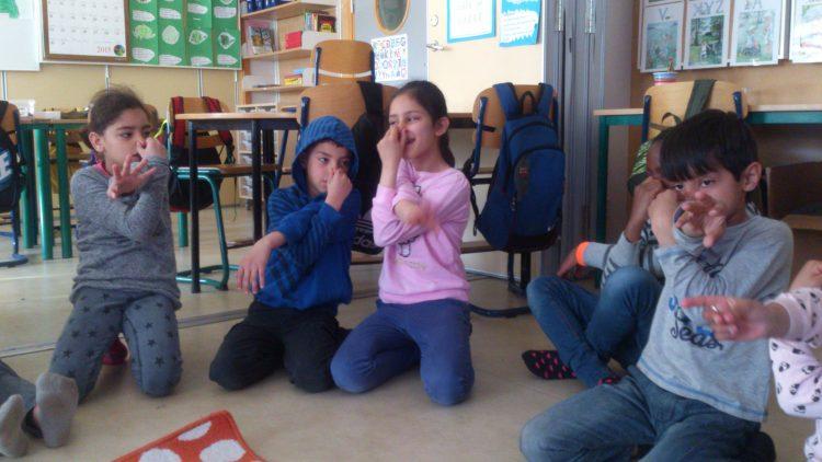Barn leker elefant.