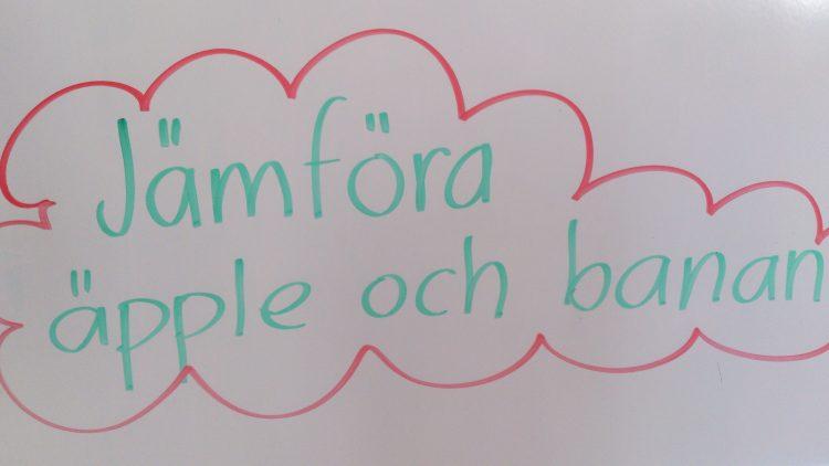 Jämföra äpple och banan står på tavlan.
