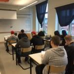 Elever sitter i sina bänkar.