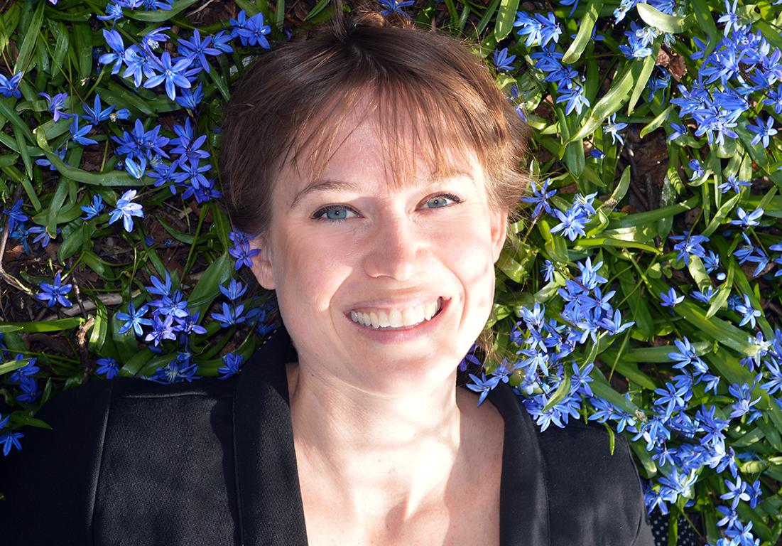 Jenny Andersen i hav av scilla.