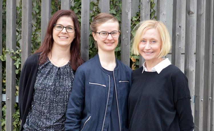 Karin, Linnea och Helen står framför staket.