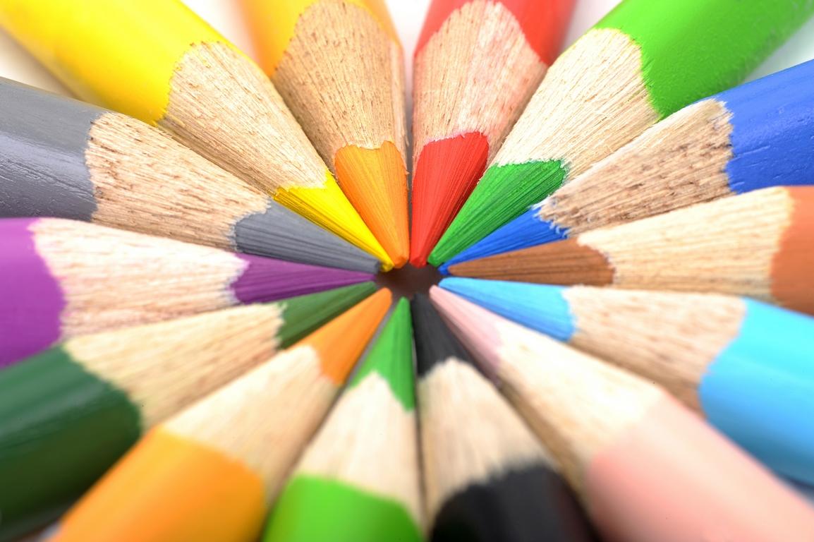 Färgpennor ligger med spetsen inåt så att det bildas en färgglad cirkel.