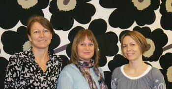 Tre kvinnor står bredvid varandra.