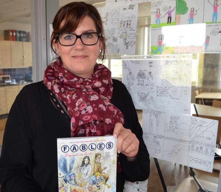 Katrina Svenning håller upp seriebok.