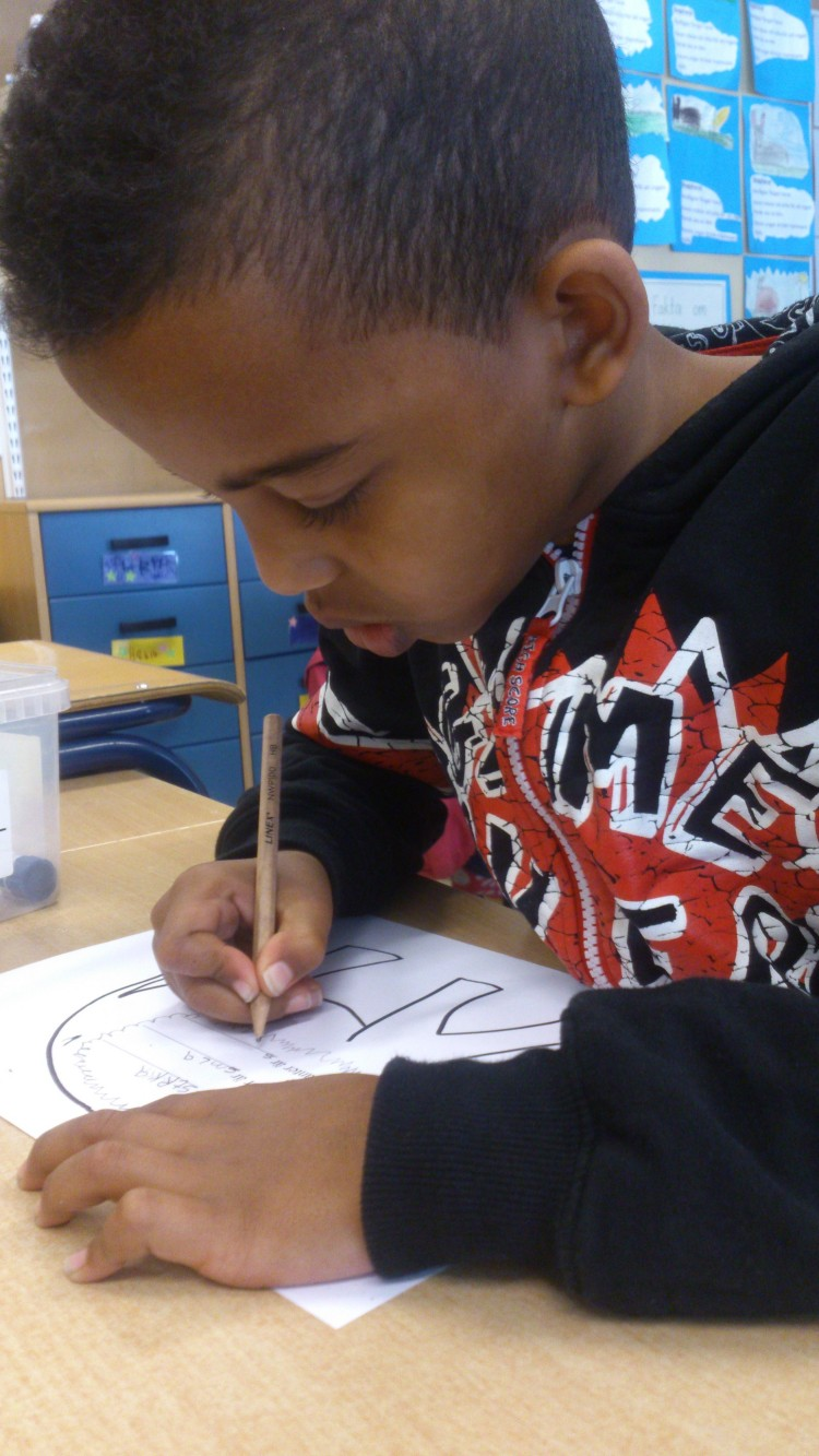 Elev jobbar med elefantteckning.