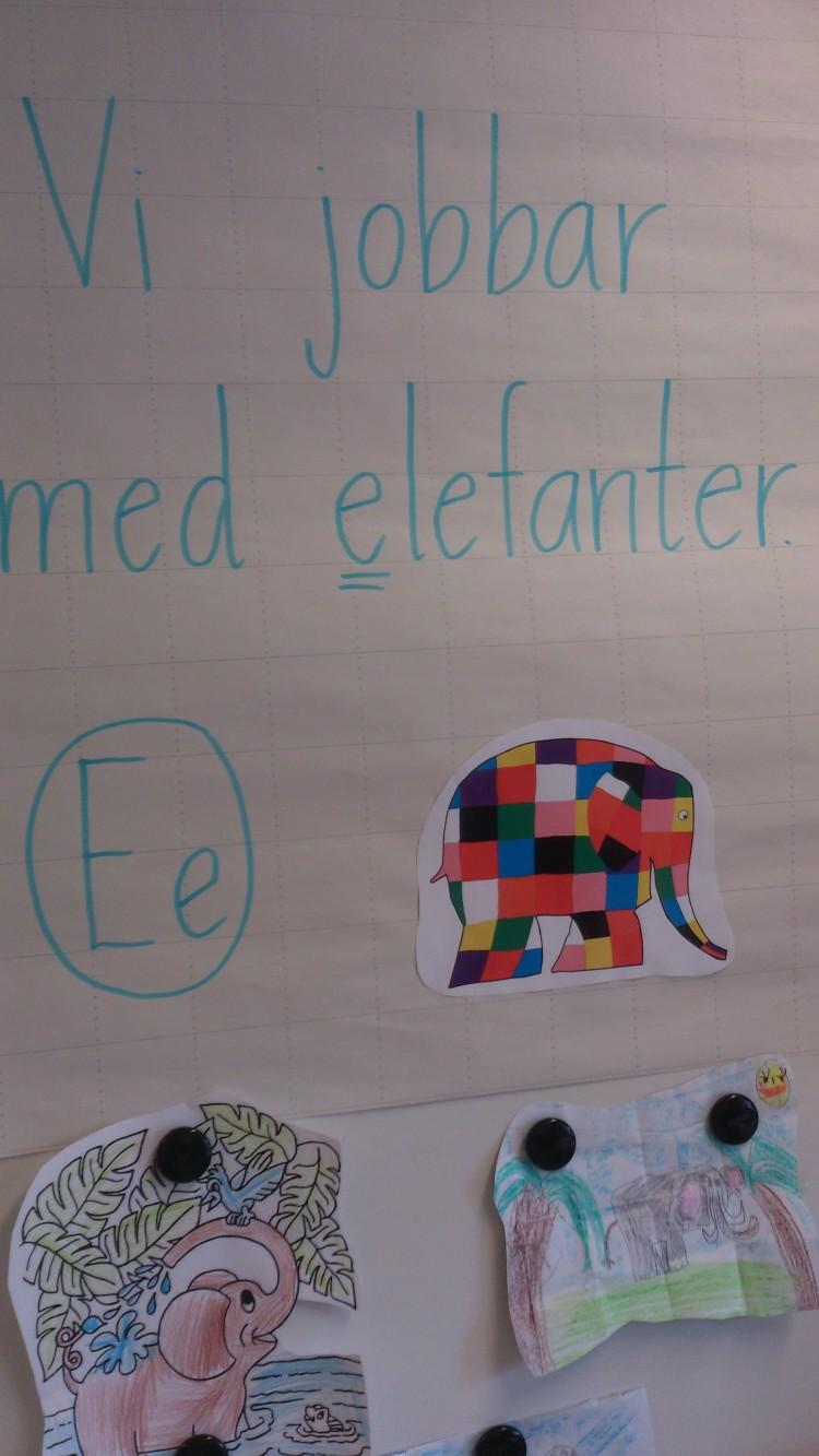 Vi jobbar med elefanter står bredvid bilder av elefanter.
