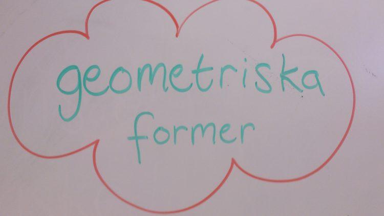 Geometriska former står det på tavlan.