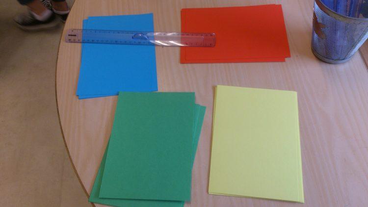 Färgglada papper ligger på hög.