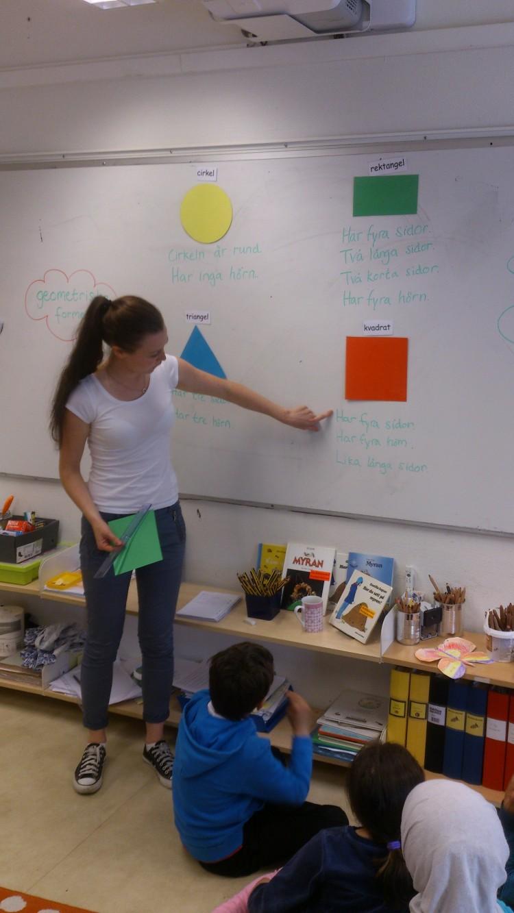 Pedagog pekar på tavla.