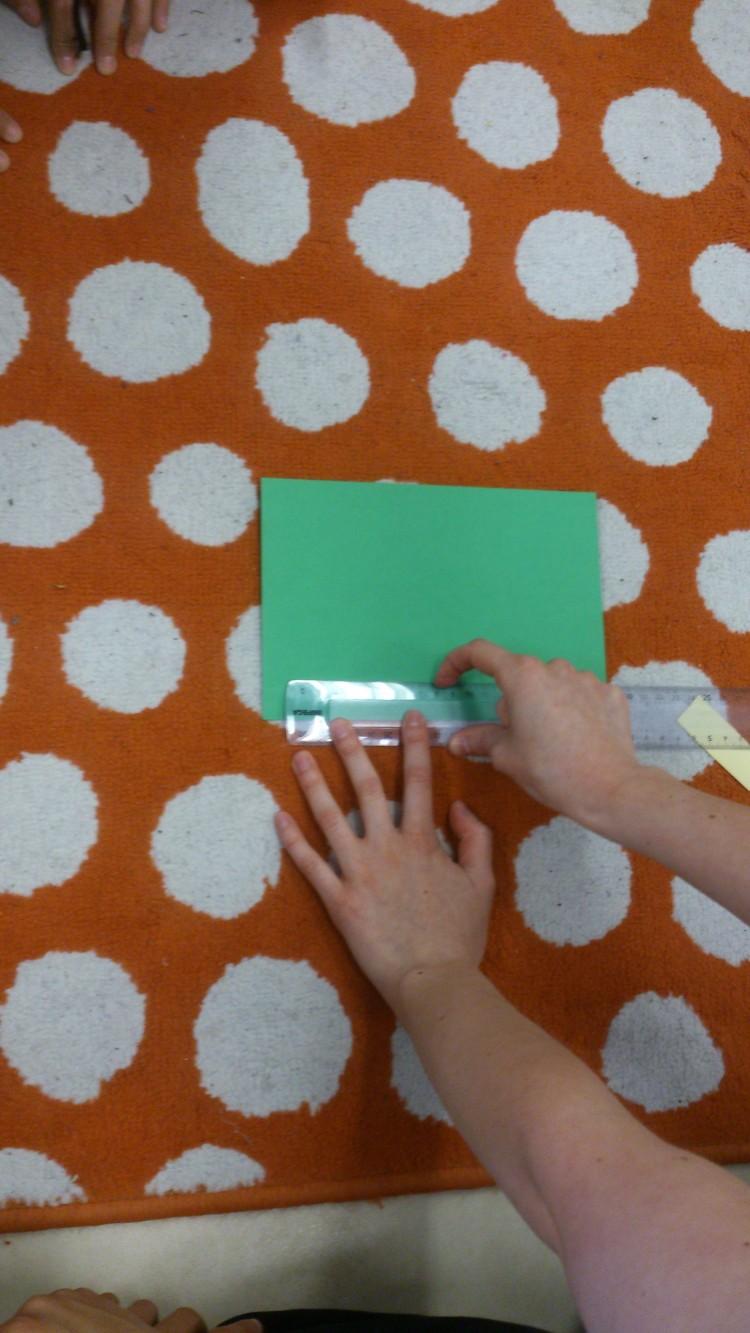 Elever ritar med hjälp av linjal.