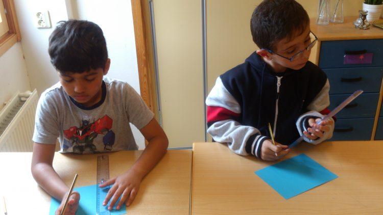 Elever ritar och klipper.