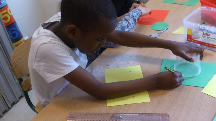 Elev ritar ut cirkel på papper.