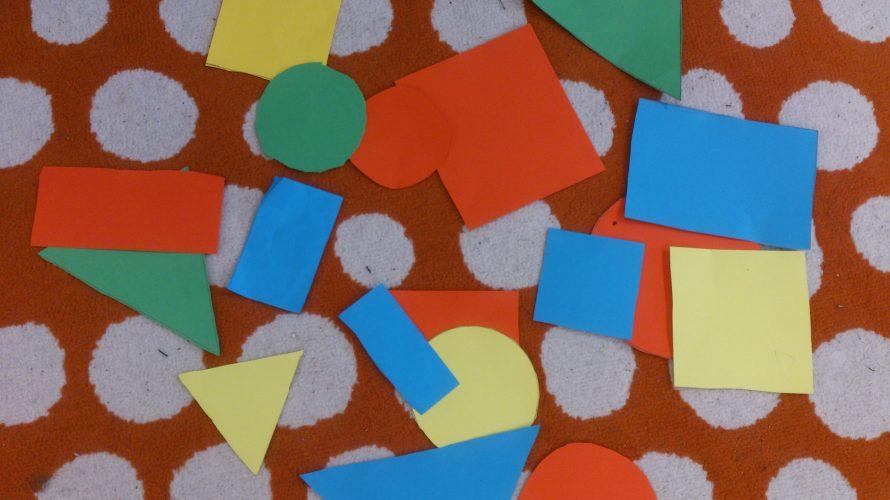 Geometriska figurer ligger på golvet.