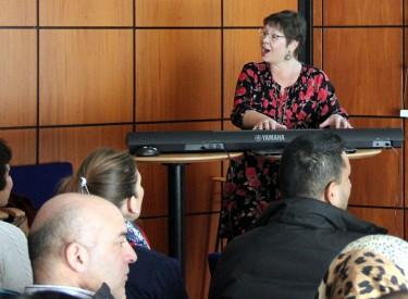 Eva Bornemark vid piano.
