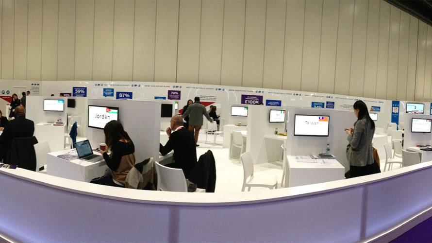 Utställningshall med datorer.