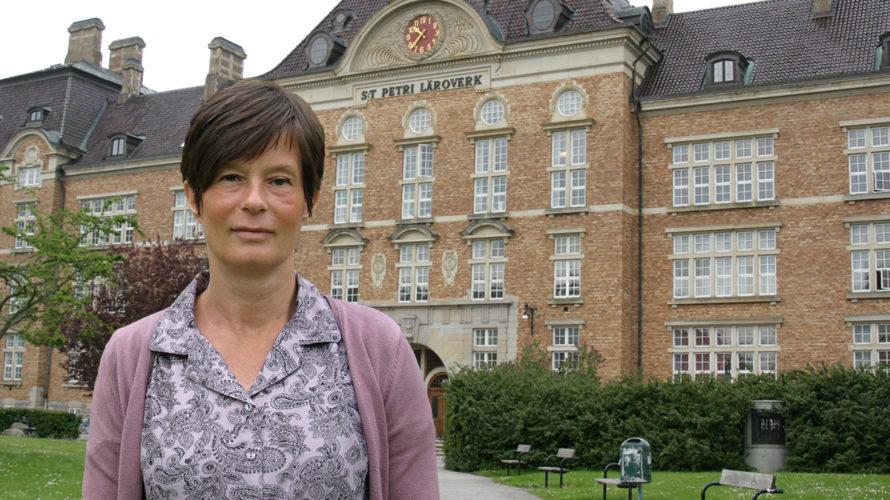 Eva Daun framför S:t Petri skola.