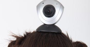 Ungdom har webbkamera på huvudet.