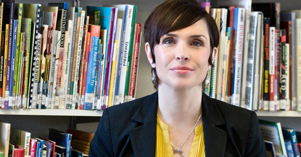 Bonnie Stewart framför bokhylla.