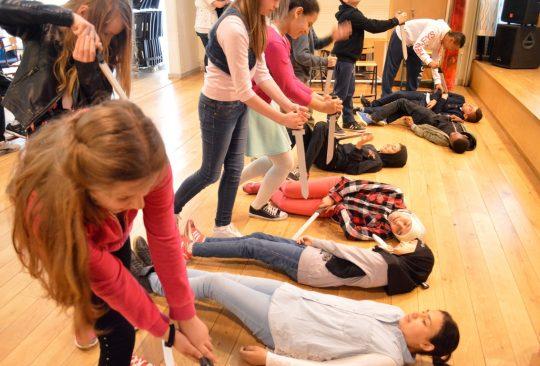 Elever i femte klass spelar teater.