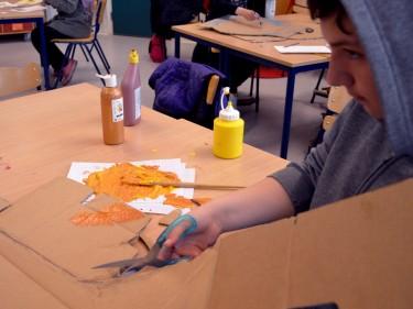 Elev tillverkar scenografi och rekvisita.