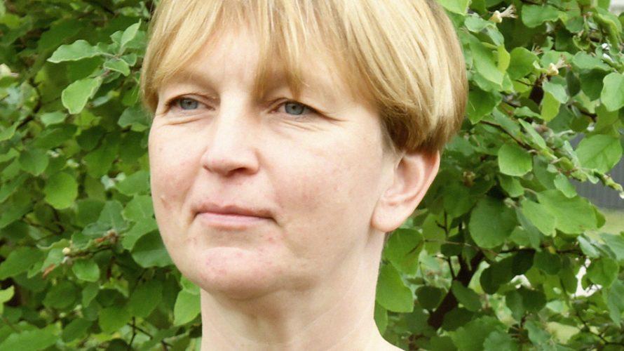 Eva Hörnblad framför buske.
