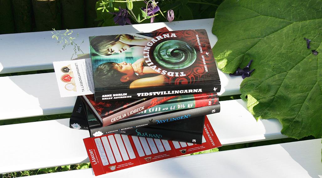 En trave böcker på ett bord.