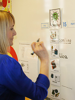 Bozena Kondrat skriver på whiteboard.