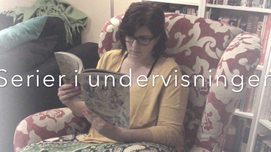 Kvinna läser serier i en fåtölj.