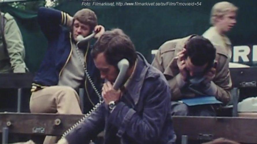 Män pratar i gammaldags telefoner.
