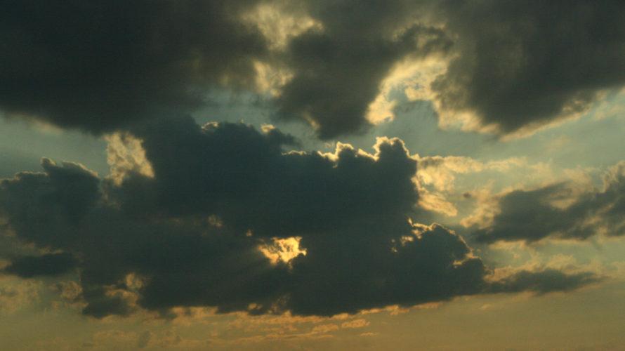 Solen tittar fram bakom ett moln.