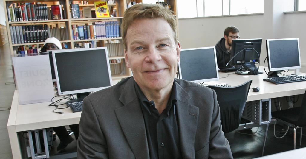 Anders Jakobsson framför rader av datorer.
