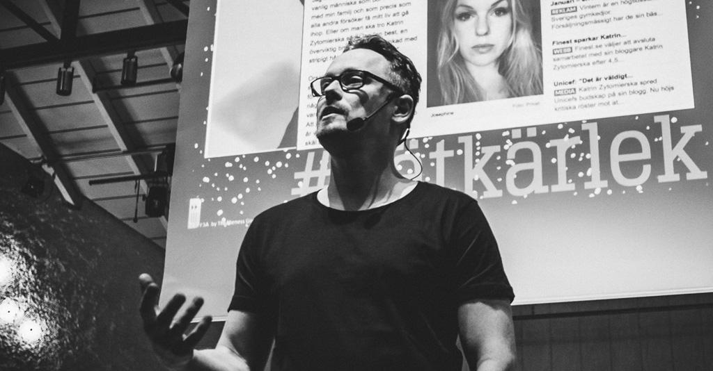 Andreas Skog framför projicerad presentation.